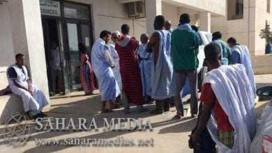 أقارب الضحية عند بوابة الحالات المستعجلة في مستشفى الصداقة في انتظار استلام الجثة (صحراء ميديا)