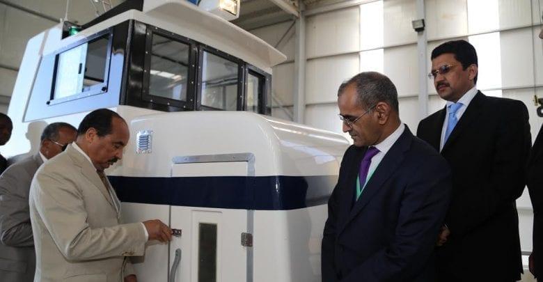 الرئيس الموريتاني وهو يدشن المصنع