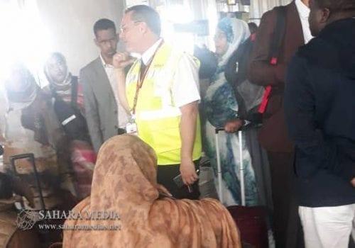 موظف في المطار يشرح للمسافرين وضعية الطائرة وسبب تأخر الرحلة (صحراء ميديا)