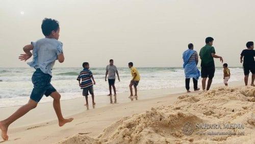 الأطفال يفضلون لعب كرة القدم على الشاطئ